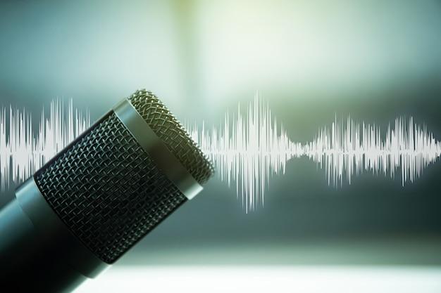 Microfone condensador profissional em estúdio de gravação de som com uma bela - tecnologia de fantasia e música gráfica de fundo. podcast e conceito de transmissão ao vivo.