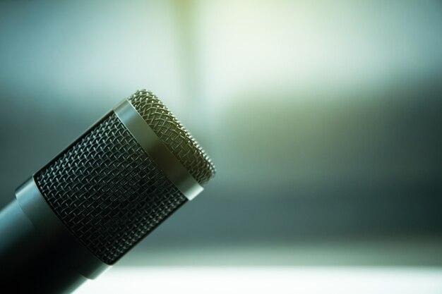 Microfone condensador profissional em um suporte de microfone fechar com copyspace. podcast ao vivo e conceito de streaming em casa.