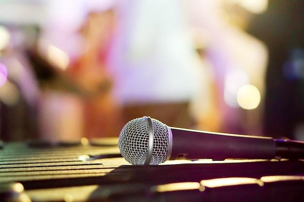 Microfone de closeup na mesa preta em uma festa e fundo desfocado