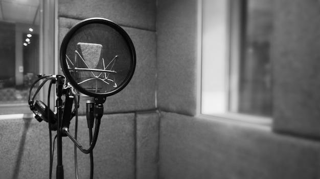 Microfone de estúdio com montagem antichoque e filtro pop em tripé para engenheiro de som e cantor