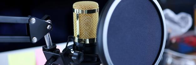 Microfone de estúdio com tela em estúdio de gravação