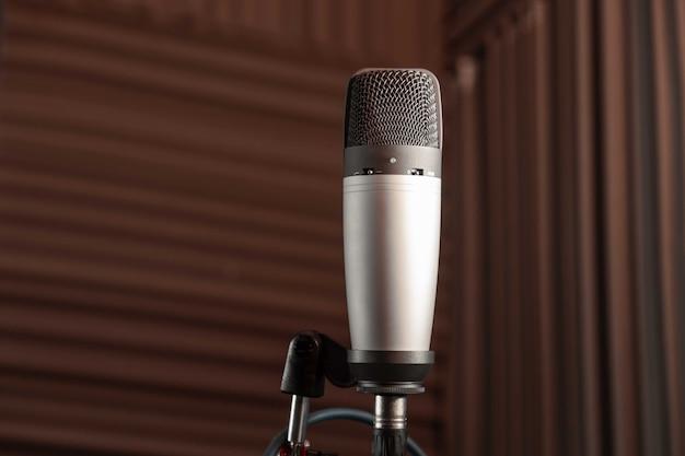 Microfone de estúdio e computador em estúdio de música ou podcast