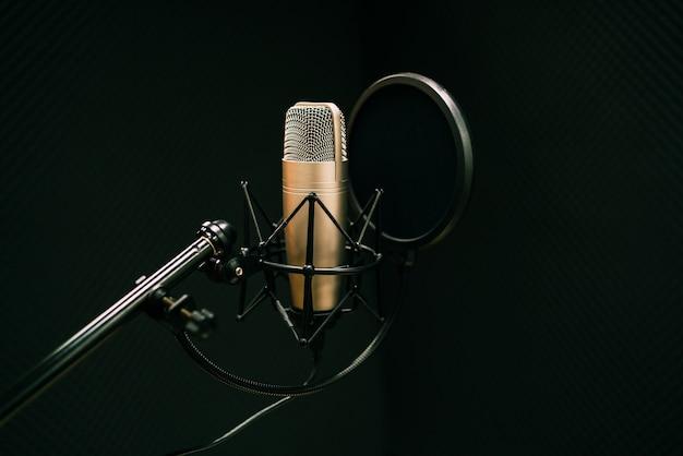 Microfone de estúdio e protetor de pop no microfone no estúdio de gravação vazio com espaço de cópia