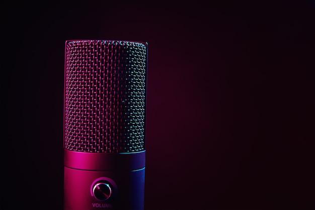Microfone de estúdio em fundo escuro com espaço de cópia preto