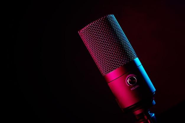 Microfone de estúdio em fundo escuro com espaço de cópia