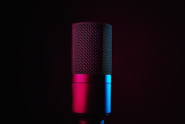 Microfone de estúdio em fundo escuro com luzes de néon