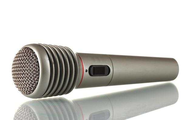 Microfone de ferro cinza brilhante isolado no branco