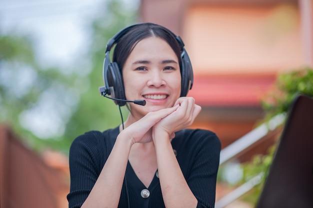 Microfone de foco as mulheres asiáticas que trabalham no serviço de call center em casa consultam o suporte, business work new normal
