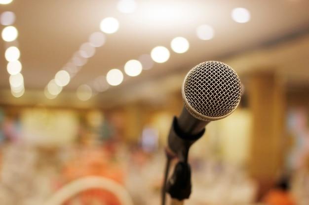 Microfone de foco sensível na sala de reuniões.