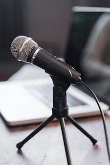 Microfone de jornalismo de alto ângulo
