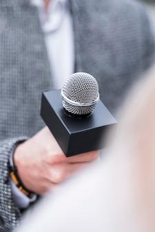 Microfone de jornalismo em close