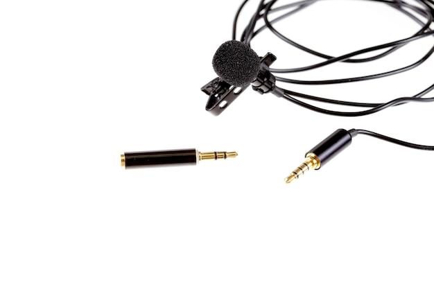 Microfone de lapela pequeno ou microfone de lapela com clipe e adaptador para computador. equipamento profissional de gravação de som para celular.