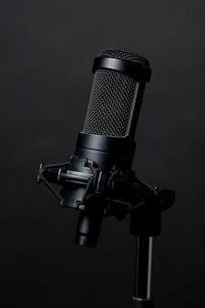 Microfone de pé preto em estúdio