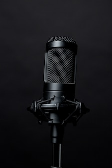 Microfone de pé preto