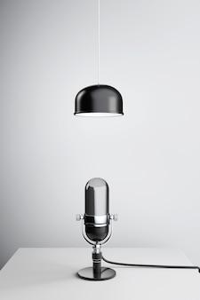 Microfone de prata vintage sob a lâmpada de metal na mesa de madeira. renderização 3d