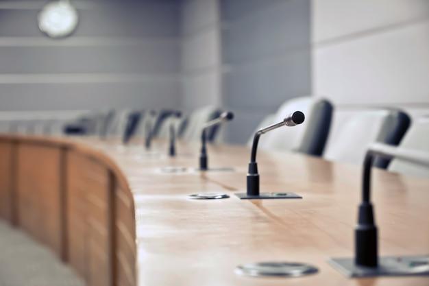 Microfone de reunião profissional closeup na sala de diretoria de mesa