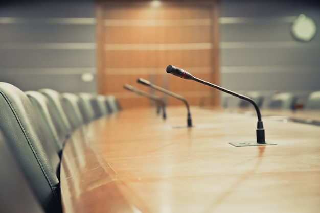 Microfone de reunião profissional na sala de reuniões.