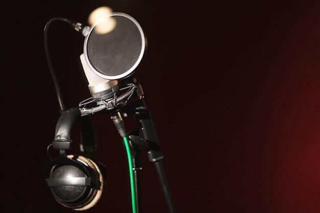 Microfone de vista frontal e fones de ouvido com espaço de cópia
