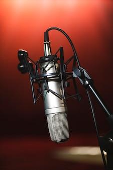 Microfone de vista frontal em um suporte