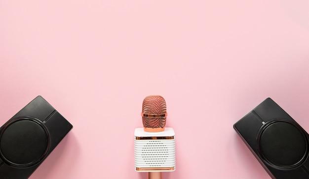 Microfone de vista superior e alto-falantes