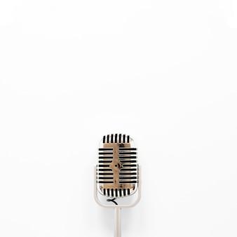Microfone de vista superior em fundo branco