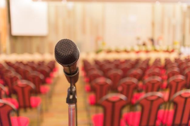 Microfone descrever sala de reunião reunião de pessoas