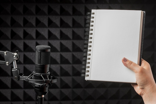Microfone e caderno de cópia espaço