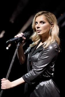 Microfone e cantora feminina de perto