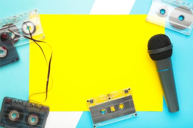Microfone e cassete em fundo azul com espaço de cópia