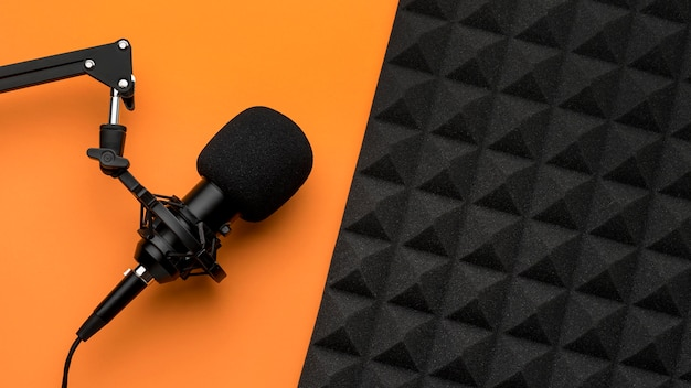 Microfone e espuma de isolamento acústico
