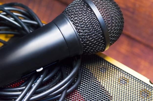 Microfone e fio em um desfocado