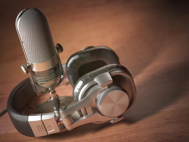 Microfone e fones de ouvido na mesa de madeira