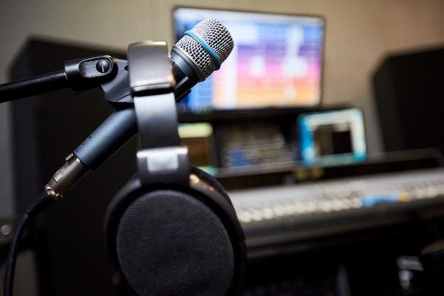 Microfone e fones de ouvido no estúdio