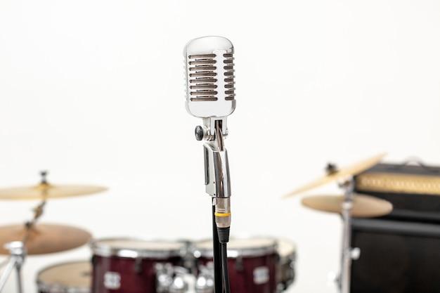 Microfone e instrumento musical. microfone em um estúdio de gravação com bateria