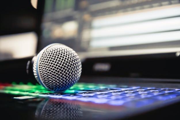 Microfone e laptop no estúdio.