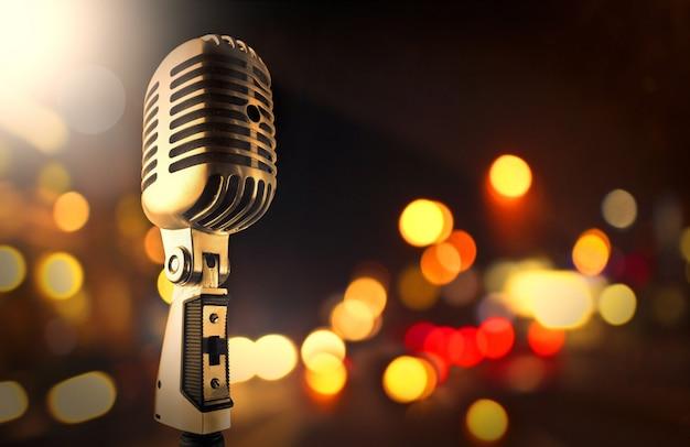 Microfone e luzes desfocadas