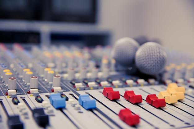 Microfone e mixer de áudio no studio.