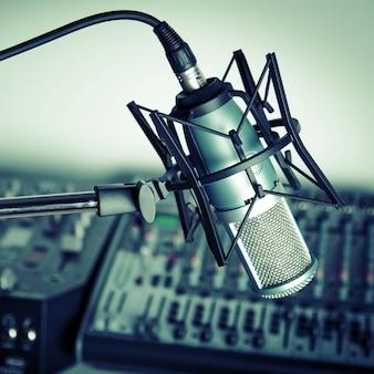Microfone e mixer digital de estúdio no fundo