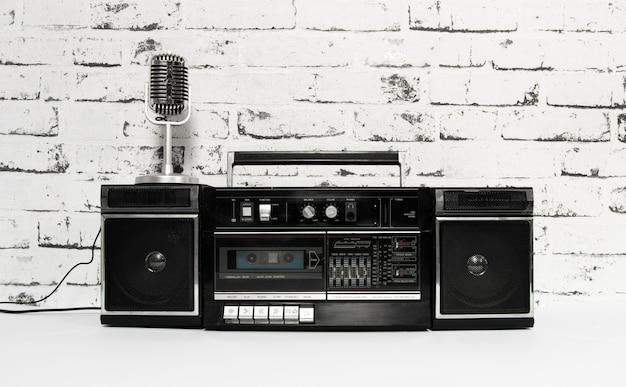 Microfone e toca-fitas antigos