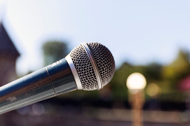 Microfone em abstrato blure luz bokeh de fundo