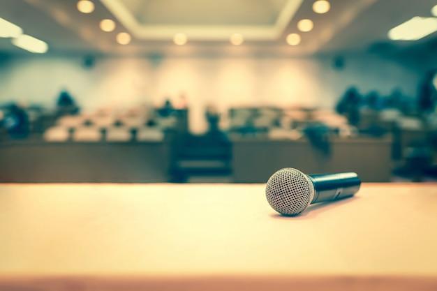 Microfone em conferência na sala de seminários