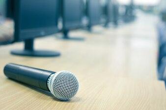 Microfone em conferência no fundo de evento de sala de seminário