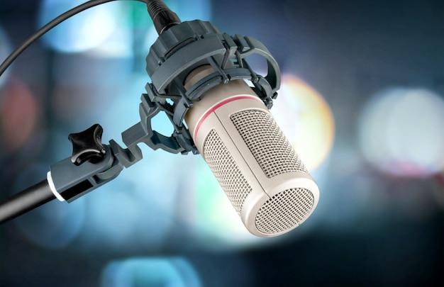 Microfone em estúdio digital em segundo plano