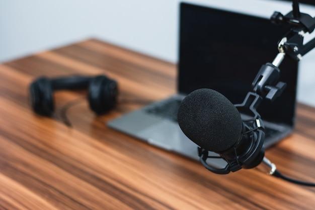 Microfone em estúdio para alto-falante profissional