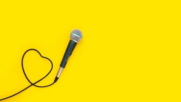 Microfone em fundo amarelo. vista do topo