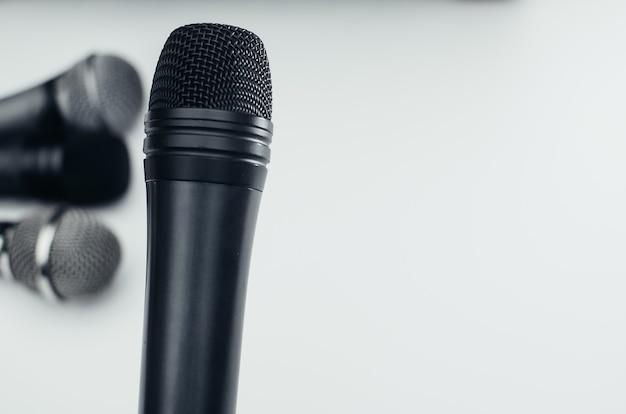 Microfone em fundo branco, preto, prata, diferente
