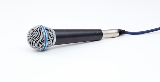 Microfone em fundo branco