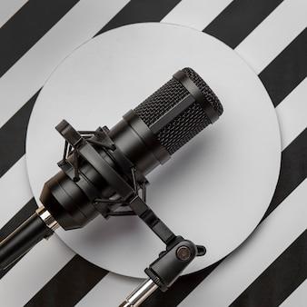Microfone em fundo moderno