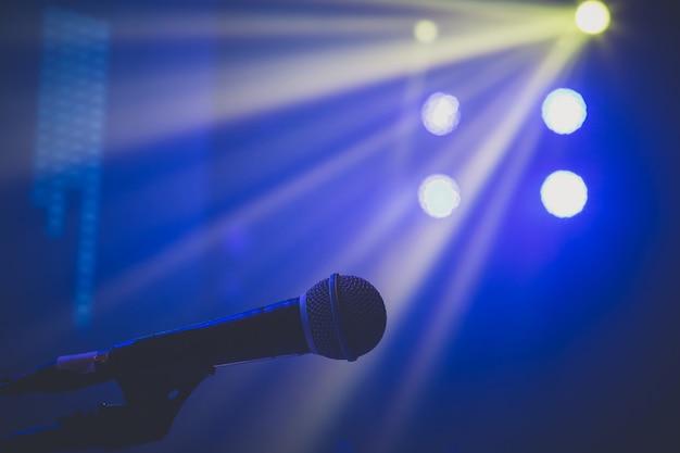 Microfone em iluminação de concerto