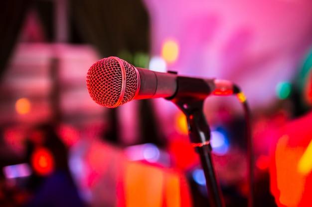 Microfone em pé no palco em uma boate